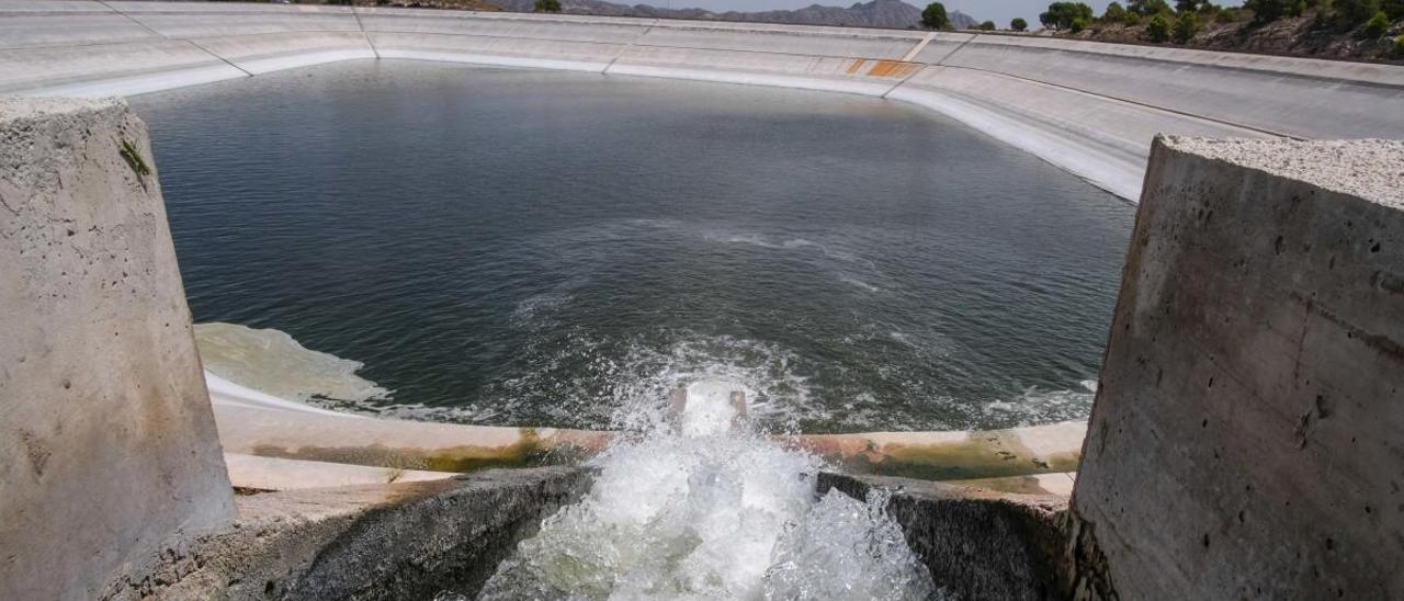El embalse del Rollo de Aspe recibiendo las aguas del trasvase del Júcar-Vinalopó en agosto de 2018