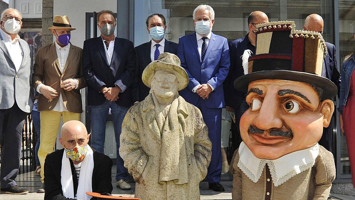 Asistentes ao acto, xunto a estatua do artista e un dos cabezudos creados por Luchi Iglesias, onte, en Lalín.     // BERNABÉ/JAVIER LALÍN