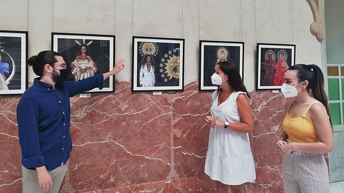 Miguel Pulgarín muestra varias de las creaciones que exhibe en el Palacete Modernista de Fuente Obejuna.
