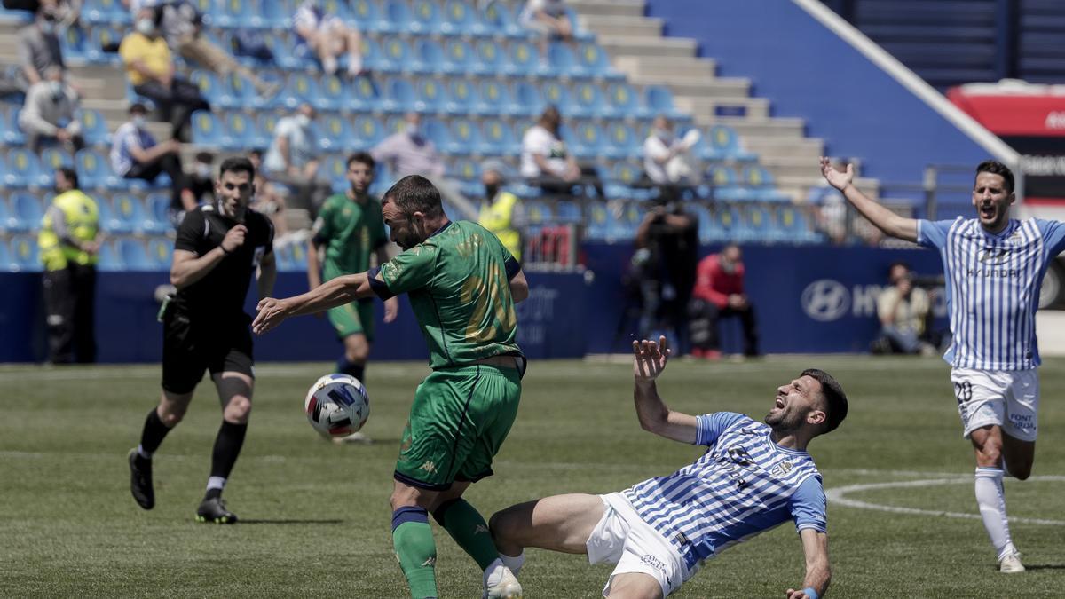 Cristo intenta irse de un jugador del Atlético Baleares.