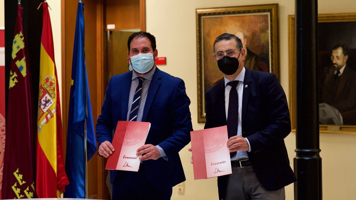 El rector, José Luján, y el alcalde, Mario Ginés Pérez, han firmado este miércoles el acuerdo