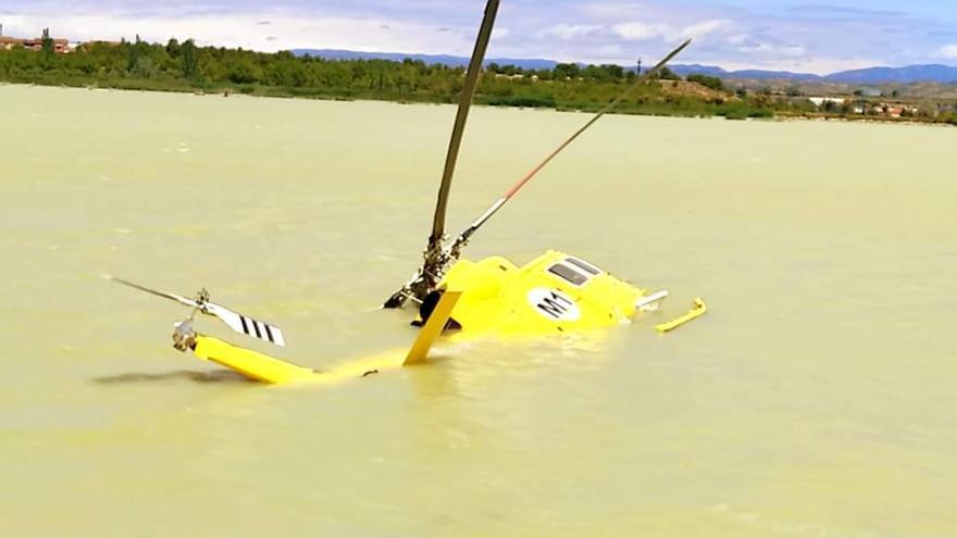 Problemas para reflotar el helicóptero caído a un embalse de Ejea