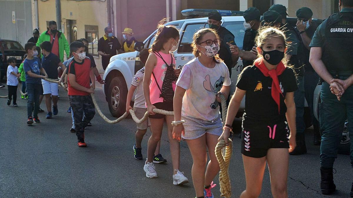 Un grupo de niños guían la maroma por Las Eras.   E. P.