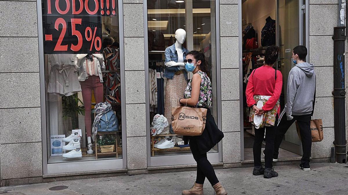 Clientes de compras en un comercio de ropa. |   // VÍCTOR ECHAVE