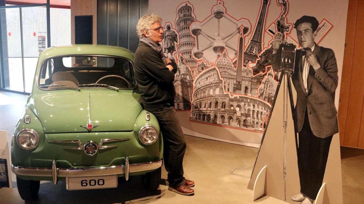 El net d'Antoni Campañà, Toni Monne, comissari de l'exposició a la Casa SEAT, contempla un bust del seu avi assegut en un 600.
