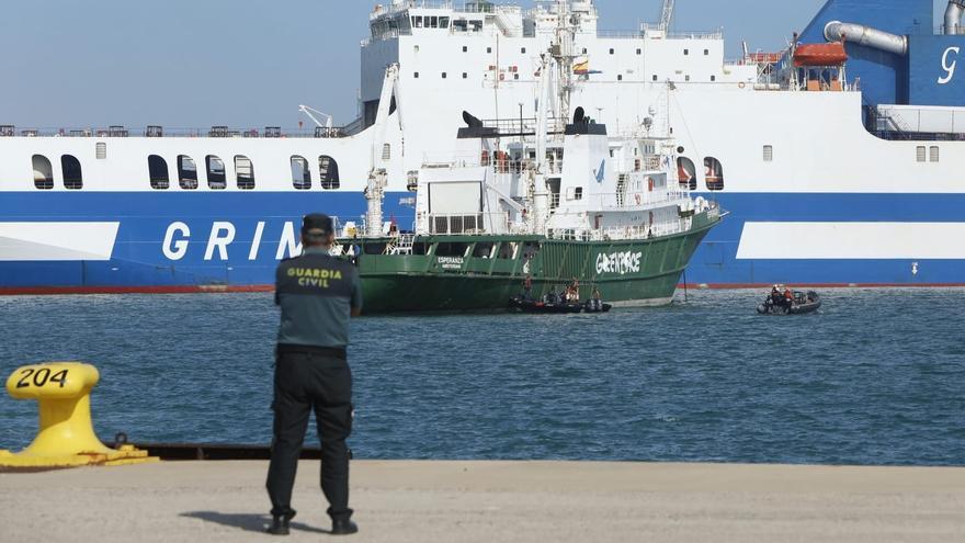 Greenpeace mantiene su bloqueo al muelle gasero de Sagunt