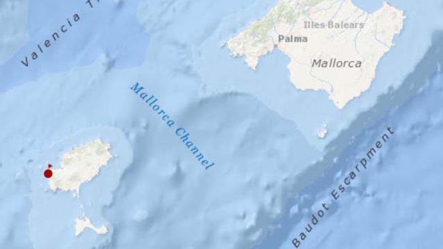 Rescatan a seis personas en Ibiza a bordo de un catamarán embarrancado