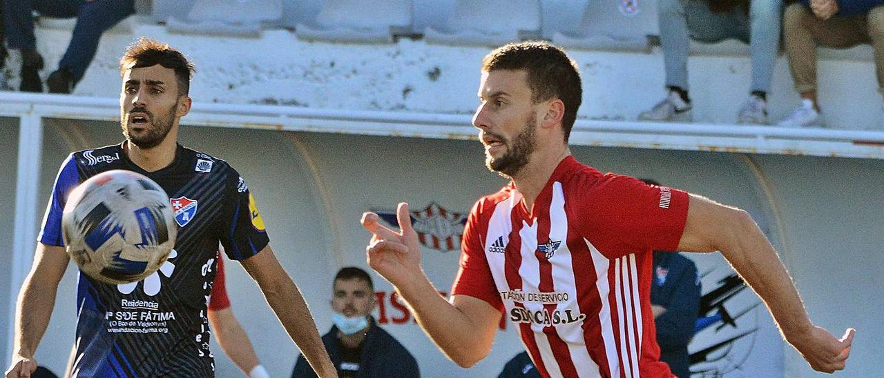 Manu Santos persigue un balón en el duelo ante el Barco.    // GONZALO NÚÑEZ