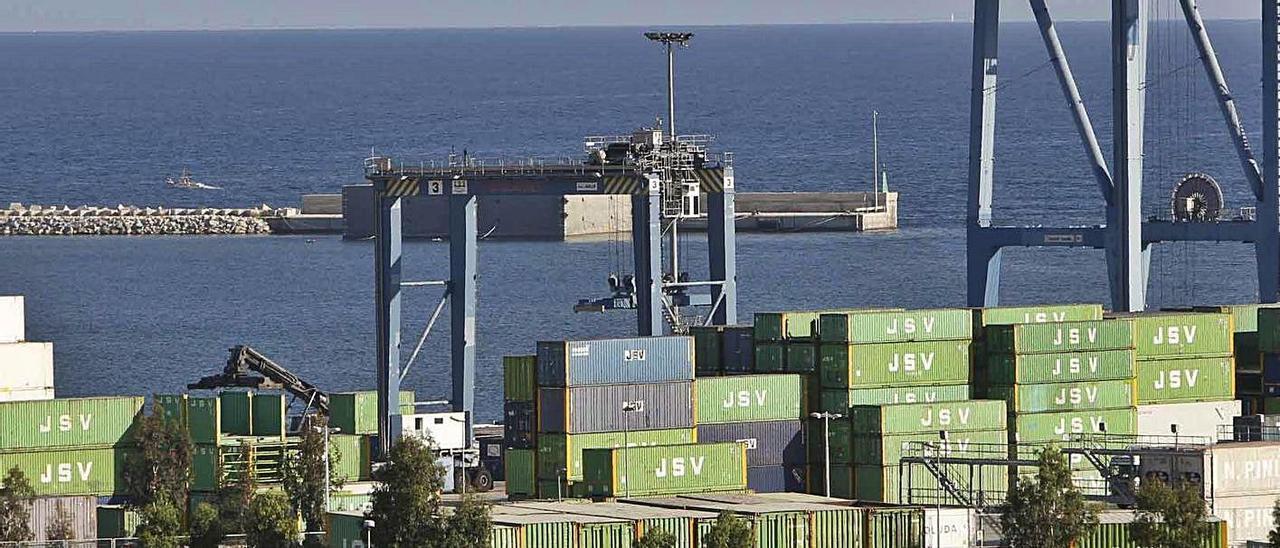 Terminal de contenedores del puerto de Alicante, desde el que se abastece a Canarias.    PILAR CORTÉS