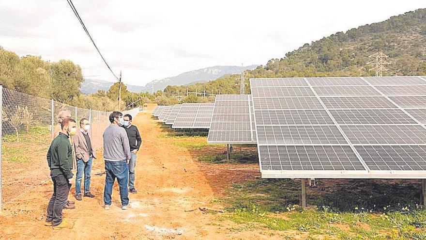 El vicepresidente Yllanes visita el nuevo parque solar de Can Mas, en Bunyola