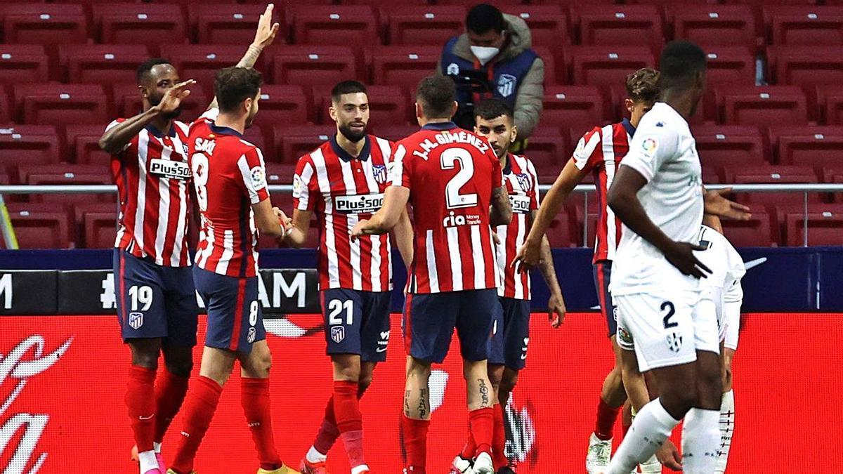 Los jugadores del Atlético celebran uno de sus goles. |  // JUANJO MARTÍN