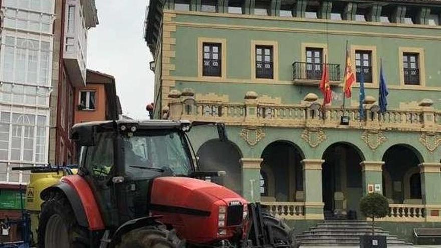 Ganaderos voluntarios desinfectan con sus tractores polígonos, calles y caminos