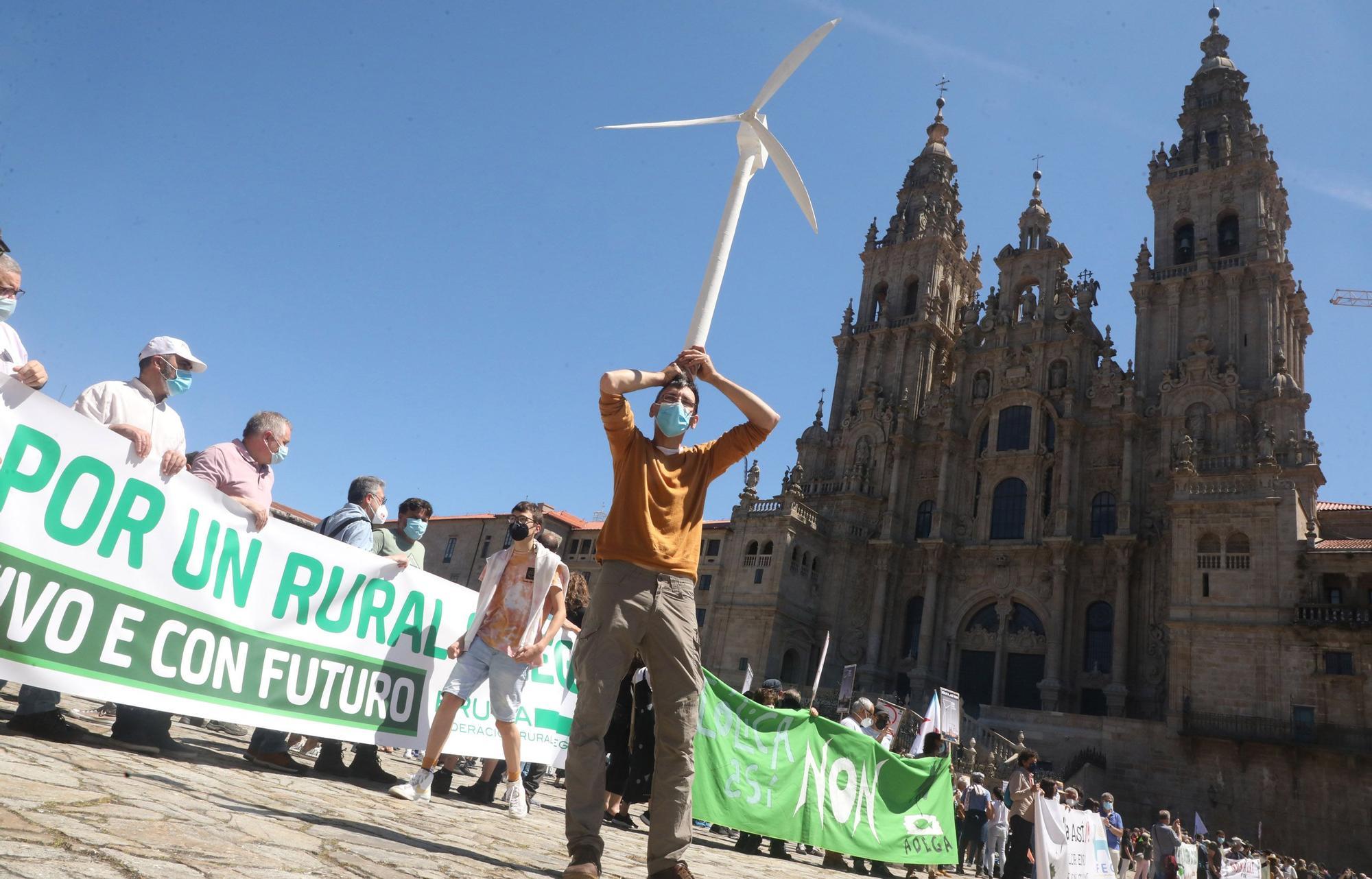 """Una multitudinaria marcha recorre Santiago para exigir """"un nuevo modelo eólico"""" y la paralización de proyectos"""