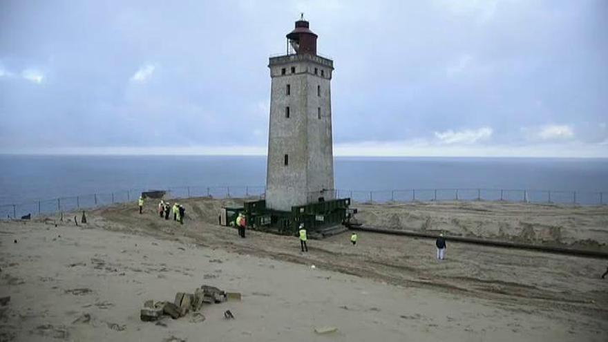 Espectacular traslado de un histórico faro danés para salvarlo del avance del mar