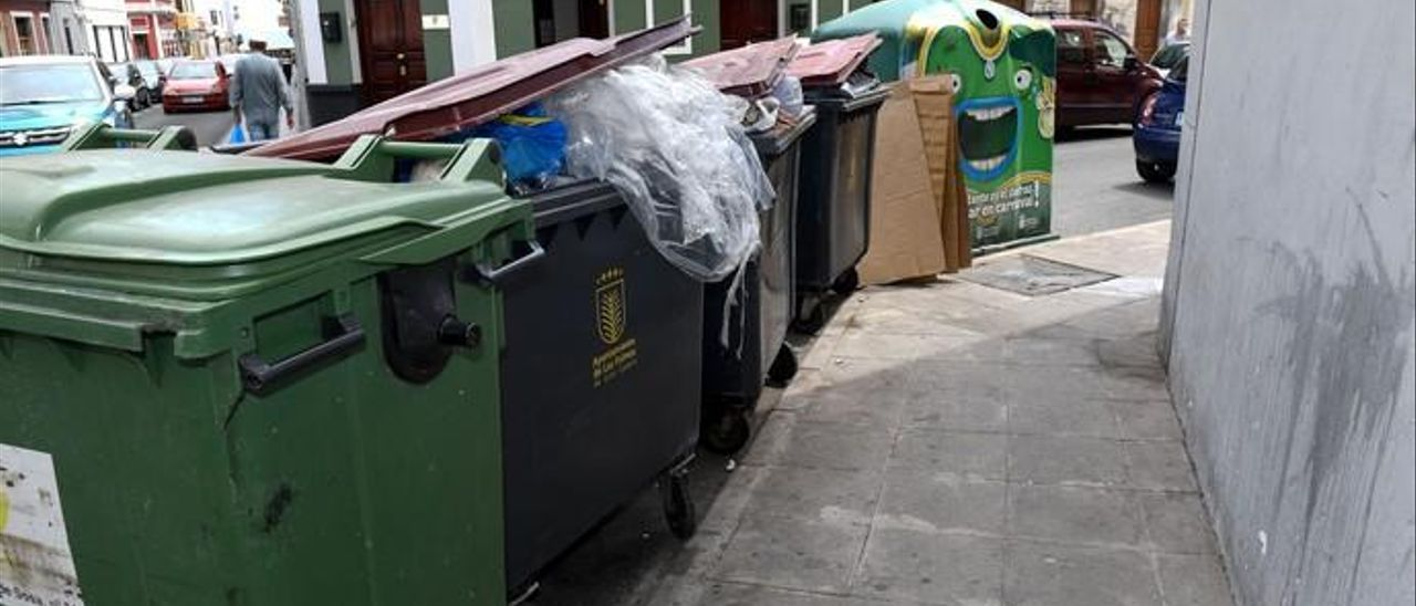 Imagen de archivo de contenedores en la ciudad