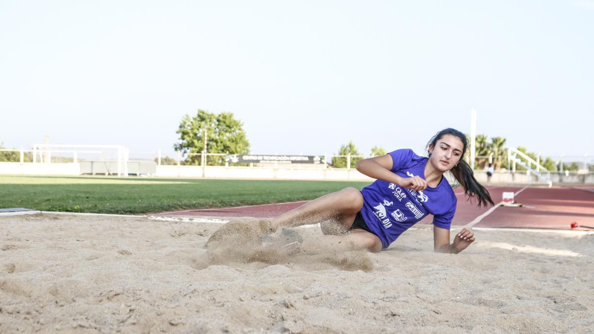 Samira Zarlhoul, ejecutando un salto.