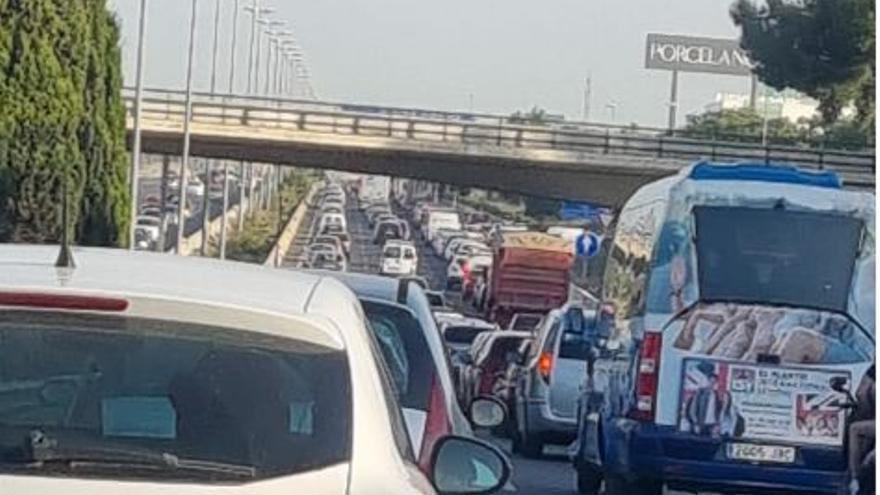 Retenciones kilométricas en diferentes puntos de València por varios accidentes