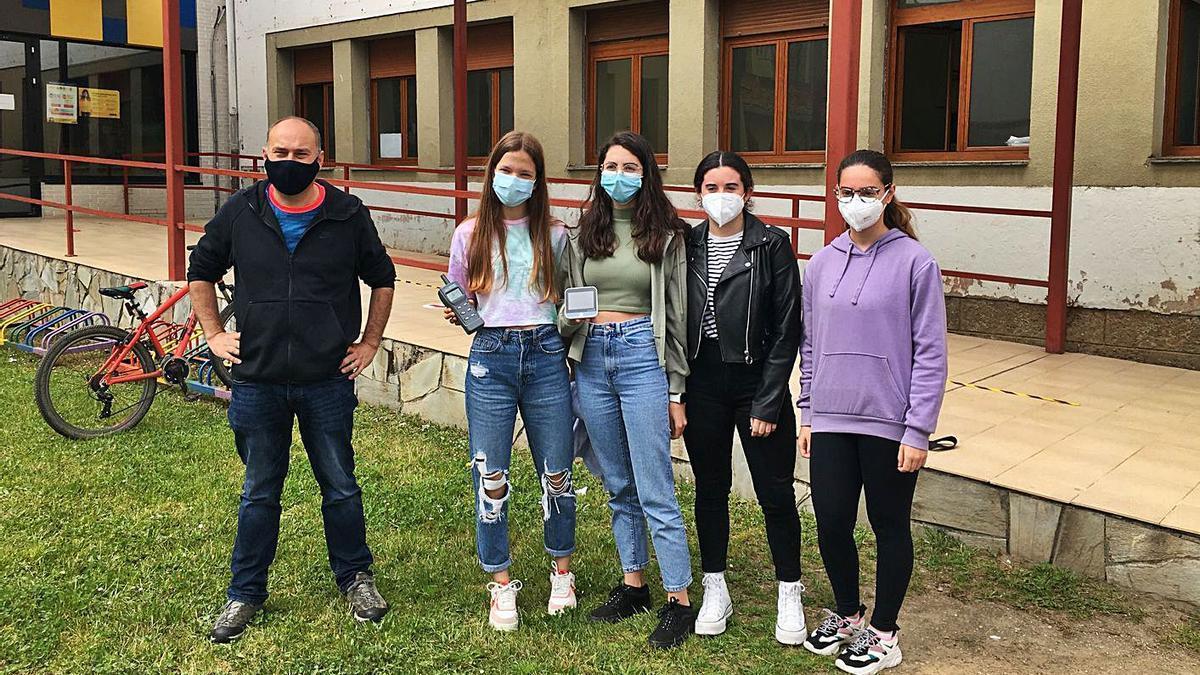 Toni López, responsable del departamento de Física y Química del Instituto Rey Pelayo de Cangas de Onís, junto a cuatro alumnas colaboradoras en el proyecto para controlar los niveles de dióxido de carbono.   M. V.