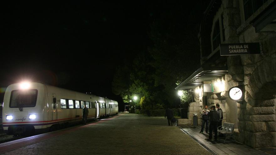 Un tren detenido en la estación de Puebla de Sanabria por una avería