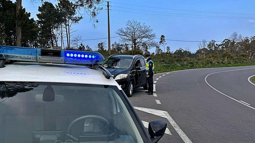 Primeros controles policiales por el cierre de Arteixo