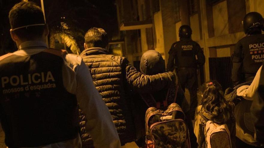 Desnonada una família amb nens a Nou Barris hores abans del toc de queda