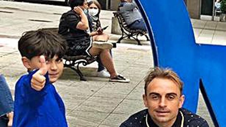Héctor Font y su hijo, de visita por Oviedo y el Tartiere