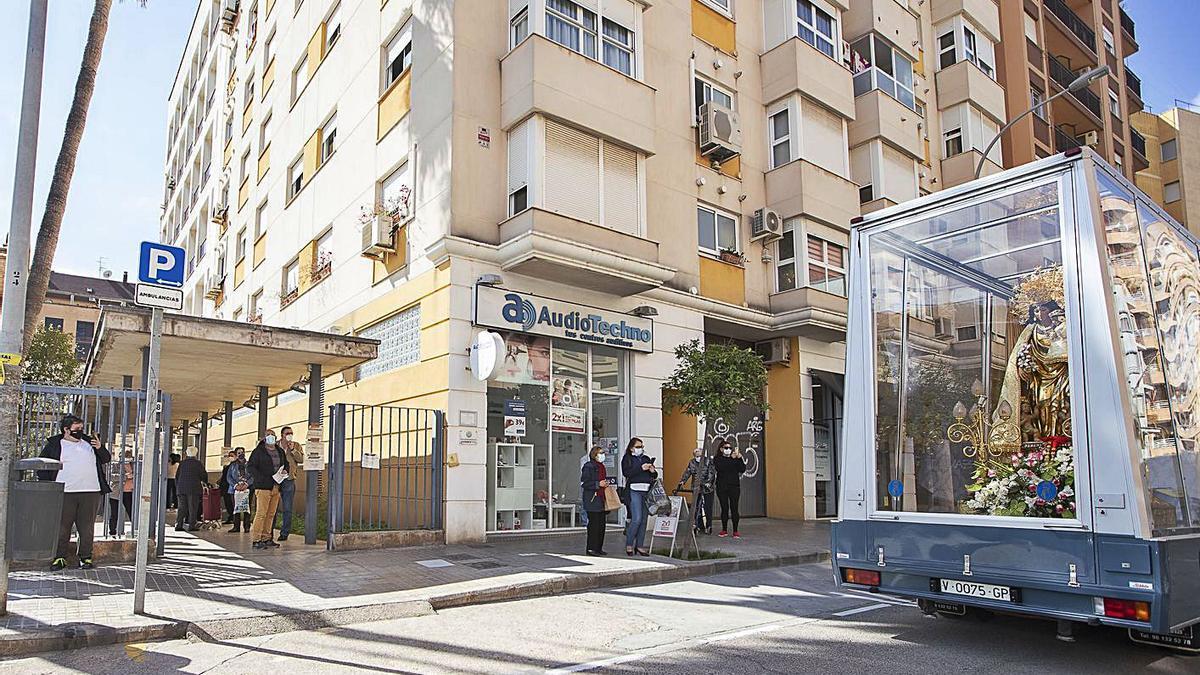 Grupos de ciudadanos fotografían el Maremóvil a su paso por un hospital.   VÍCTOR GUTIÉRREZ