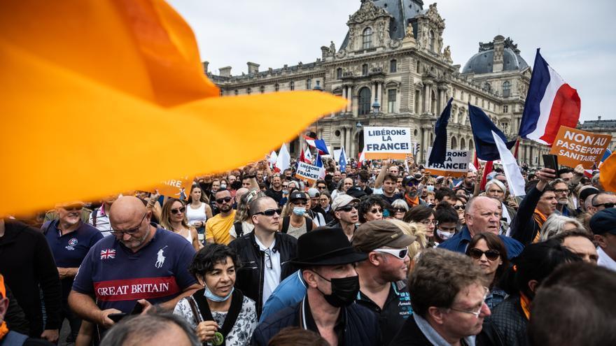 """Más de 100.000 personas participan en diversas protestas contra la """"dictadura sanitaria"""" en Francia"""