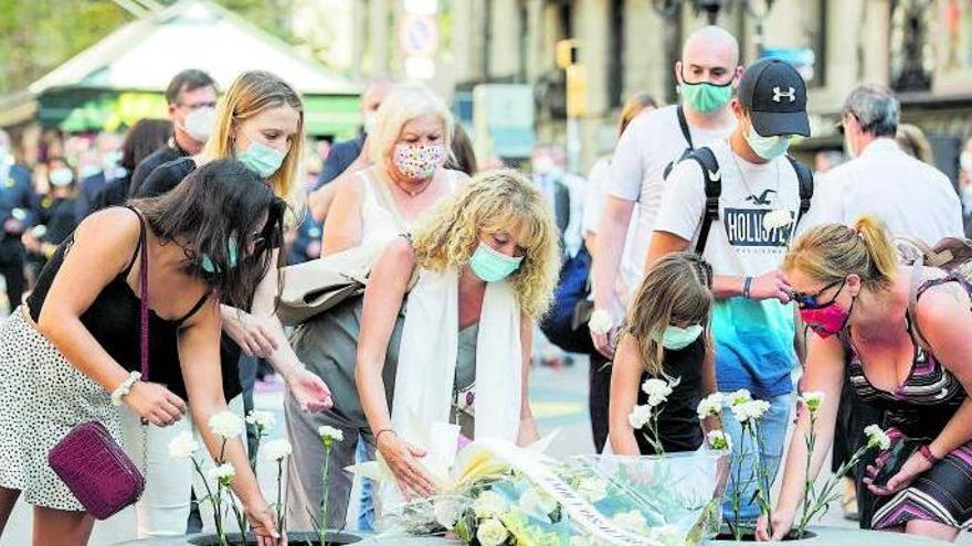 El focus del 17-A se centra en les víctimes, lluny de teories conspiratives