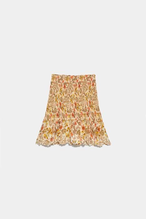 Falda con estampado en tonos marrones de Zara. (Pr