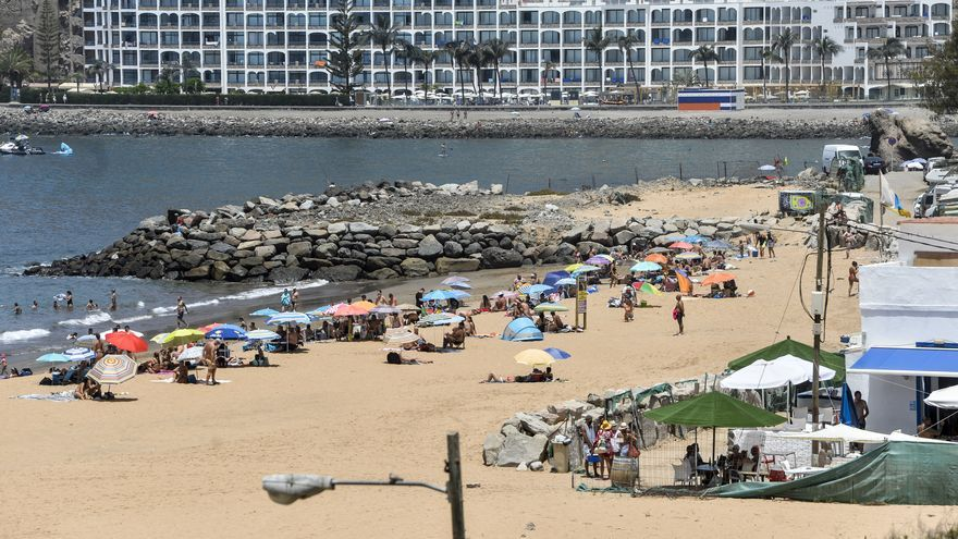 Bañistas en el sur de Gran Canaria durante la ola de calor (18/07/2021)