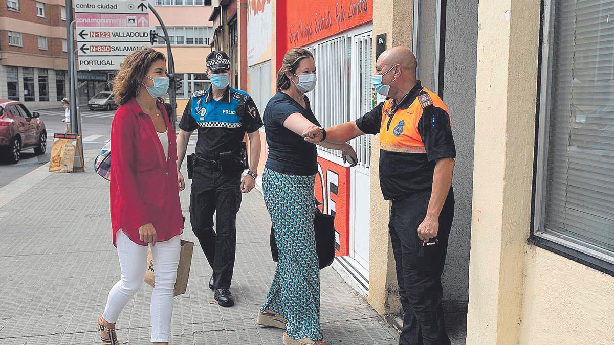 El jefe de la Agrupación Local saluda a la directora de Protección Civil.