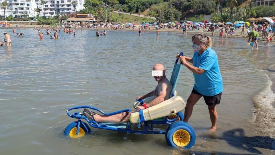 Estepona reanuda el programa de baños asistidos en la playa para los usuarios del servicio de ayuda a domicilio