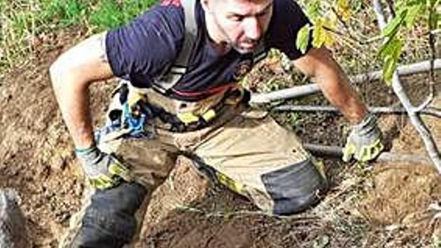 Bomberos de Ponteareas rescatan a un perro atrapado en una tubería bajo tierra