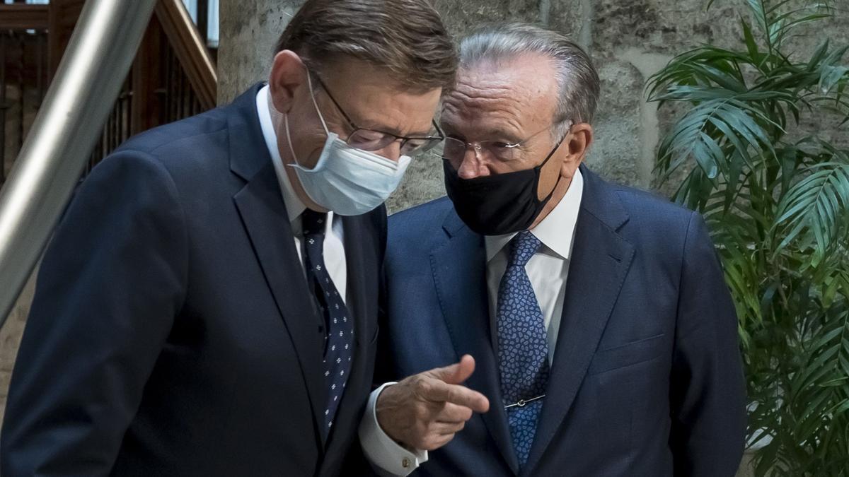 Ximo Puig e Isidro Fainé, tras la firma del Convenio Marco de Obra Social.