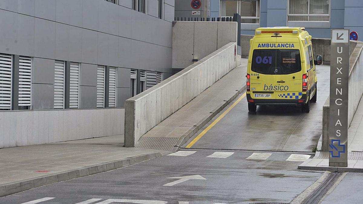 Una ambulancia en la rampa de acceso al Servicio de Urgencias del Hospital de A Coruña.     // VÍCTOR ECHAVE