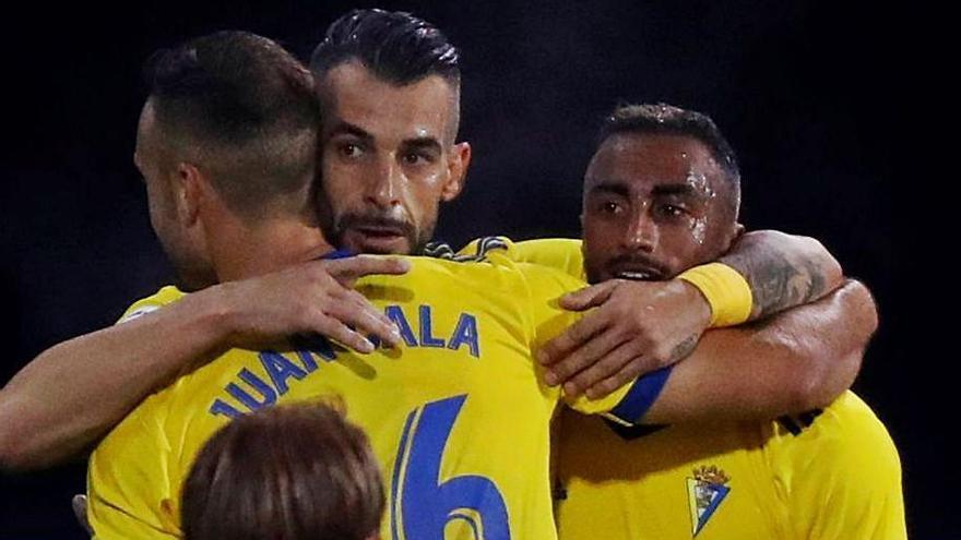 Álvaro Negredo celebra su gol, ayer, con el Cádiz.    EFE/JAVIER ETXEZARRETA