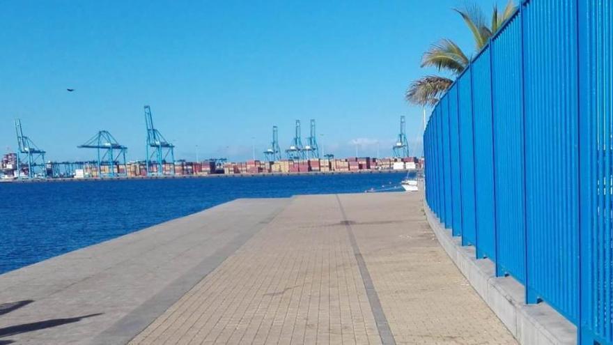 El ayuntamiento prohíbe el acceso al solario de la playa de Las Alcaravaneras