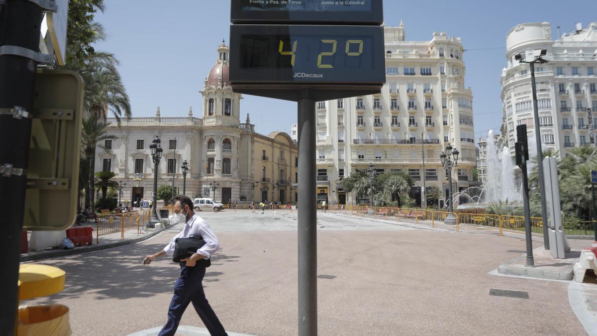 Termómetro de la plaza del Ayuntamiento, uno de los días de subida de temperaturas.