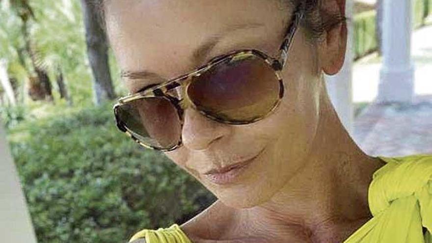 Catherine Zeta-Jones  se broncea en s'Estaca