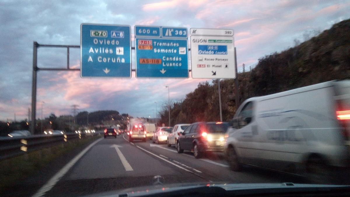 Bloqueo del carril de desviación hacia Veriña en la ronda de Gijón.