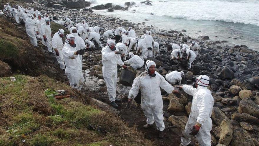 La Xunta limita la intervención de voluntarios en episodios de contaminación en el litoral