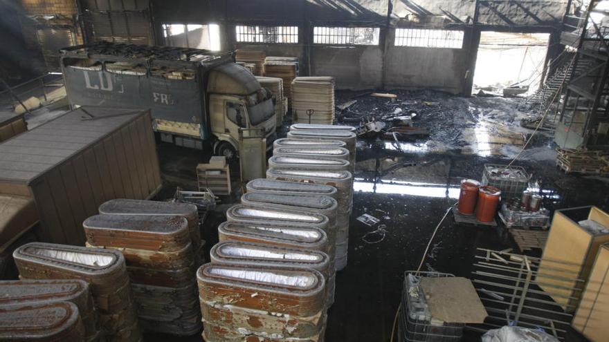 Arden tres naves de una firma de ataúdes en Moixent