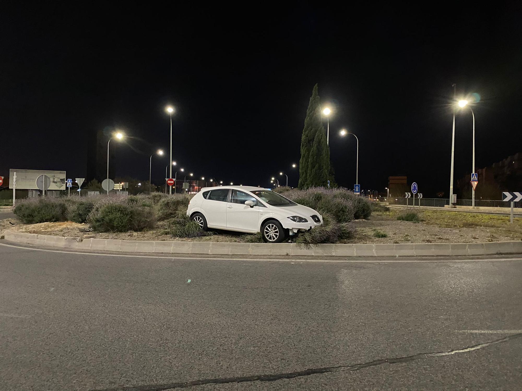 Un coche se estrella contra la rotonda de Can Blau