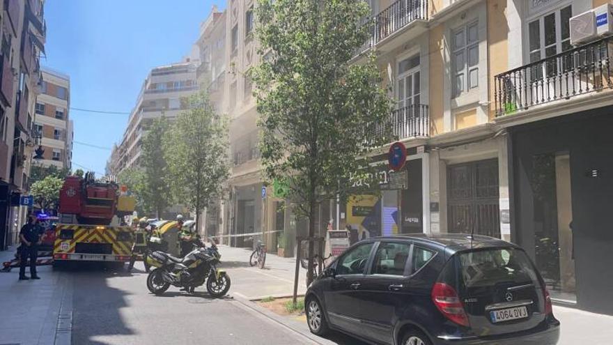 Los bomberos sofocan un incendio en un restaurante de la calle Hernán Cortés