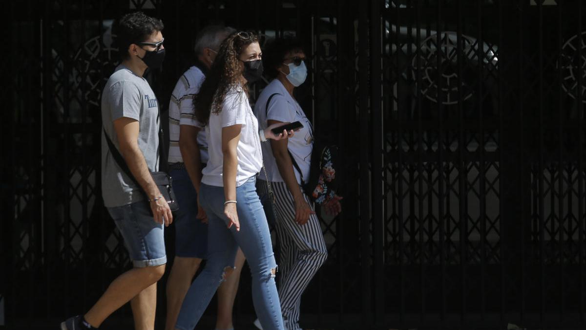 Gente pasea con mascarillas en Valencia