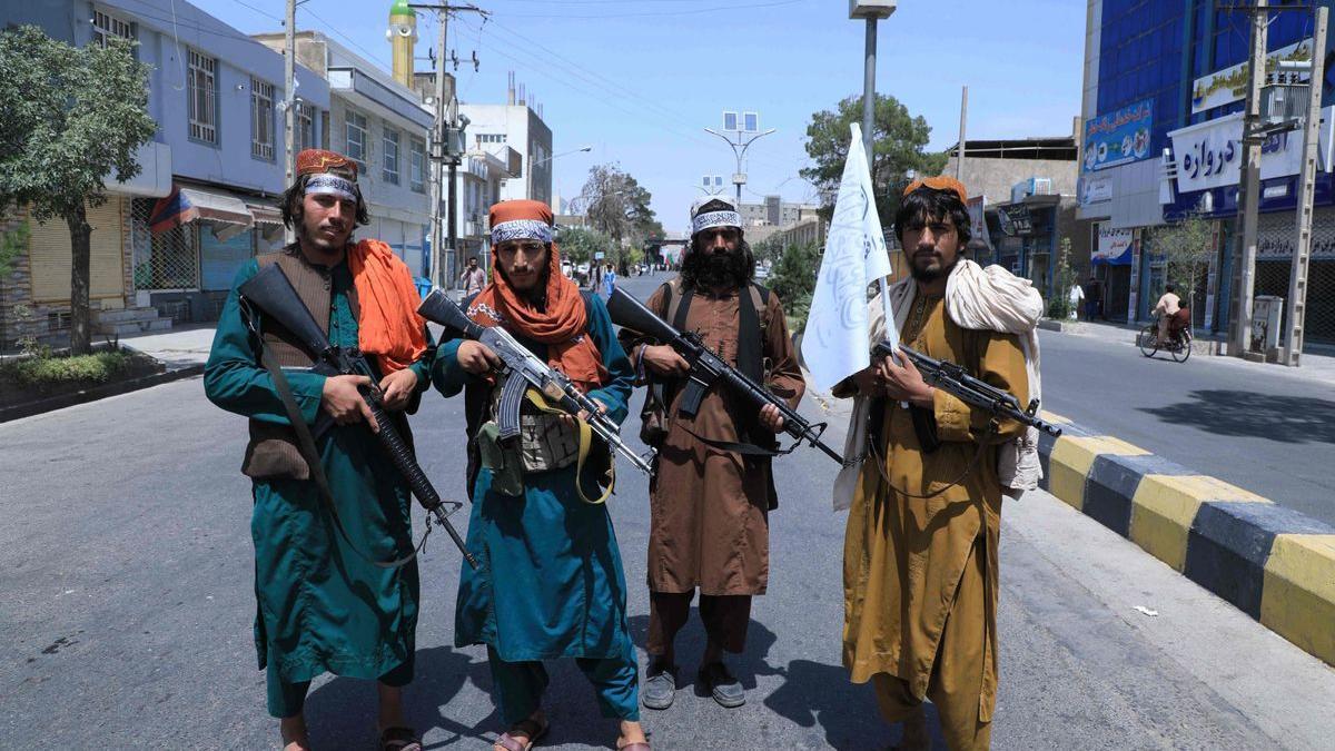 Los talibanes atacan a dos periodistas en plena calle.