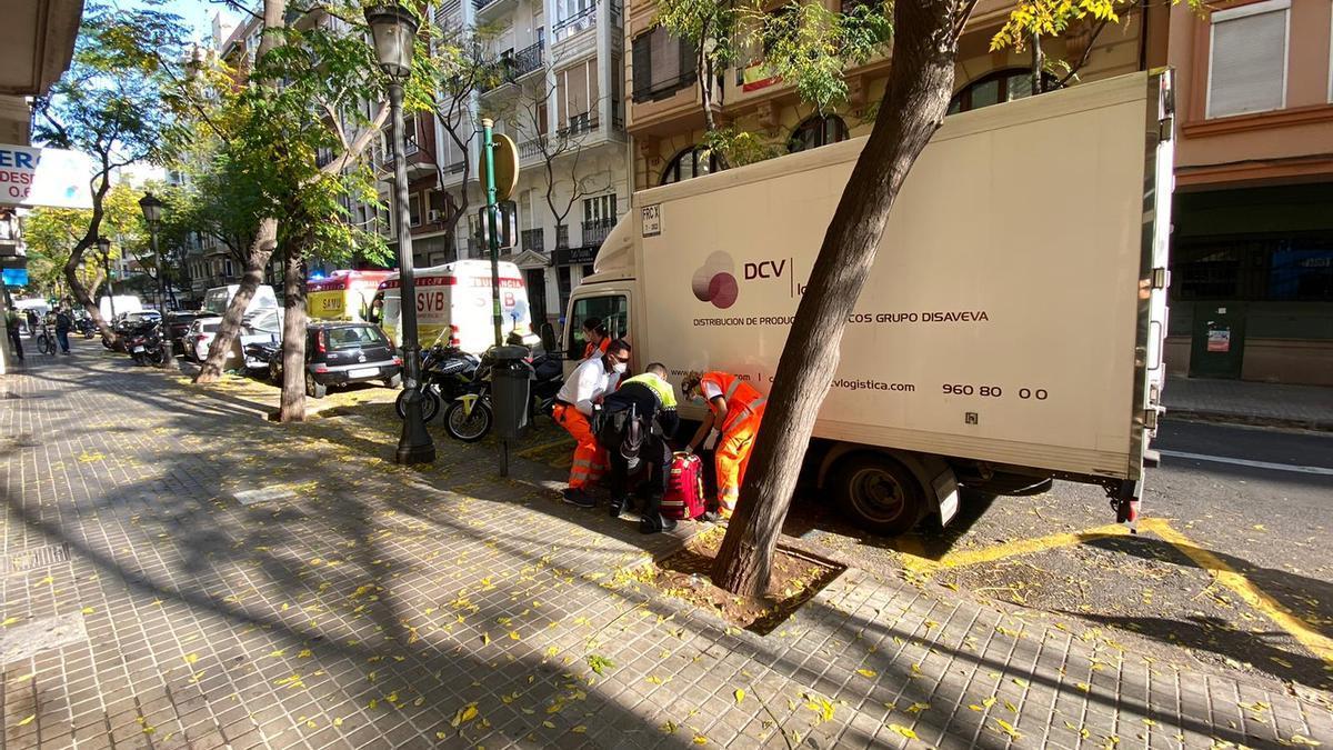 Policía y servicios de emergencia junto al camión donde ha perdido el conocimiento el conductor.