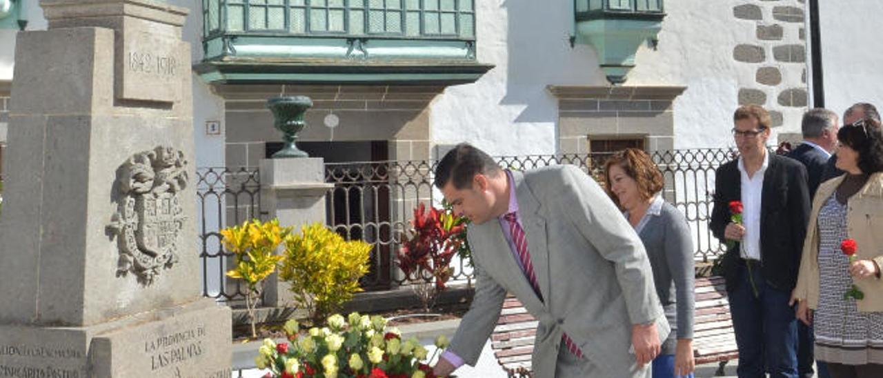 El edil de Deportes coloca una rosa ante el busto de León y Castillo.