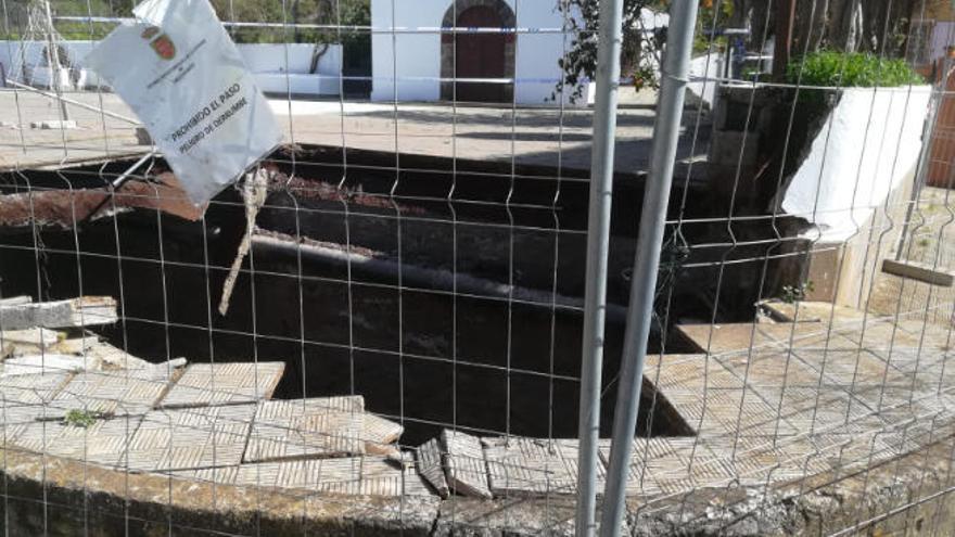 Parte del suelo de la plaza de San Jerónimo de Tacoronte se viene abajo